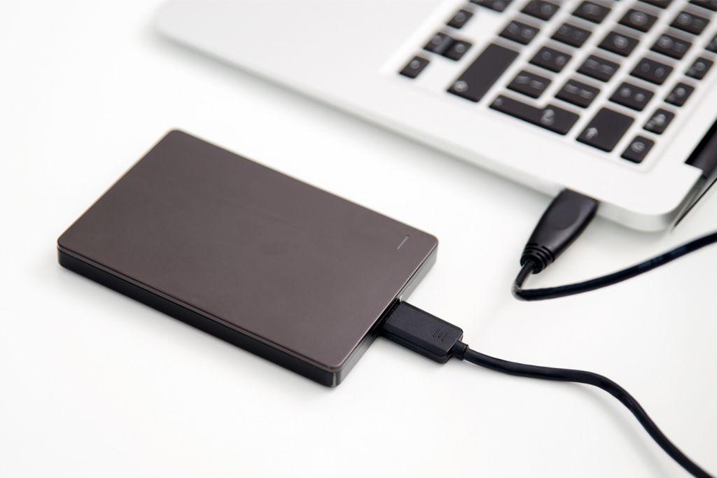 Un ordenador portátil con un disco duro externo