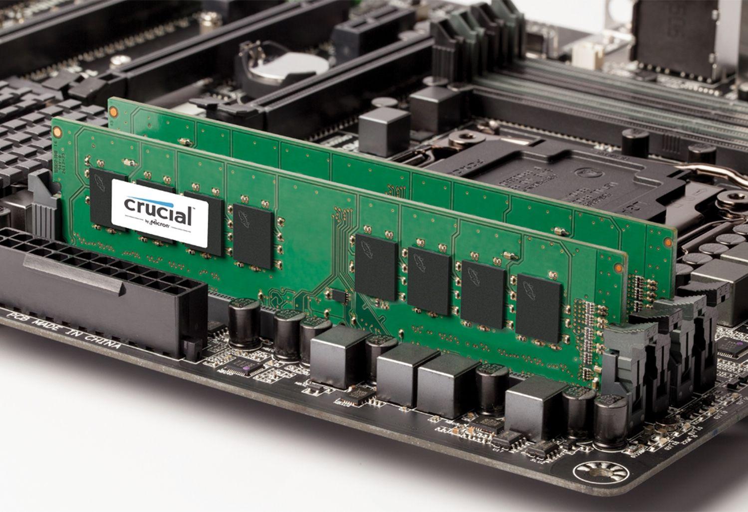 Dos módulos de memoria RAM de Crucial colocados en una placa base