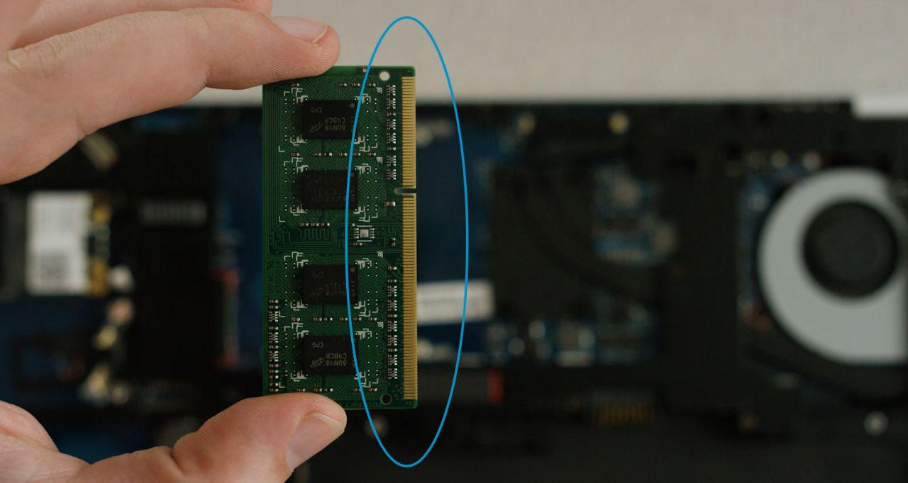 Los componentes o los pines dorados de un módulo de memoria que se deben evitar al instalar una memoria.