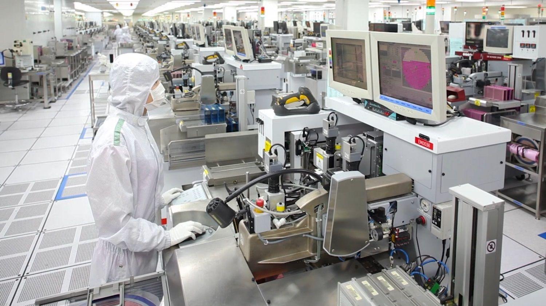 Uno de los miembros del equipo de producción de Micron usa un gorro, una bata y una máscara especiales para ayudar a mantener la habitación limpia y libre de partículas