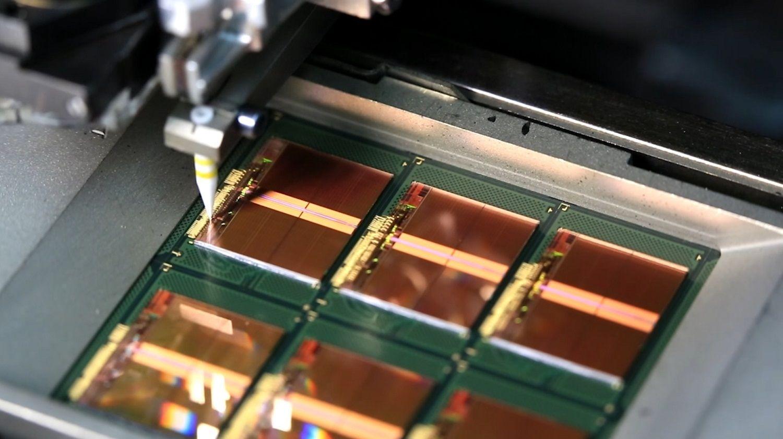Los delgados alambres dorados conectan las áreas de conexión de los chips con los bastidores como parte del proceso de producción de la memoria