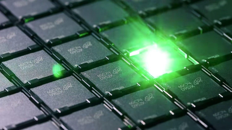 Un láser marca un código de identificación en cada chip de memoria durante el proceso de producción de la memoria
