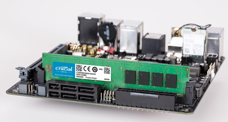 Un módulo de memoria de Crucial y una placa base.
