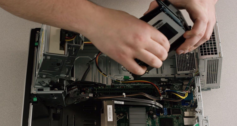 Una SSD que se está conectando a un PC de sobremesa