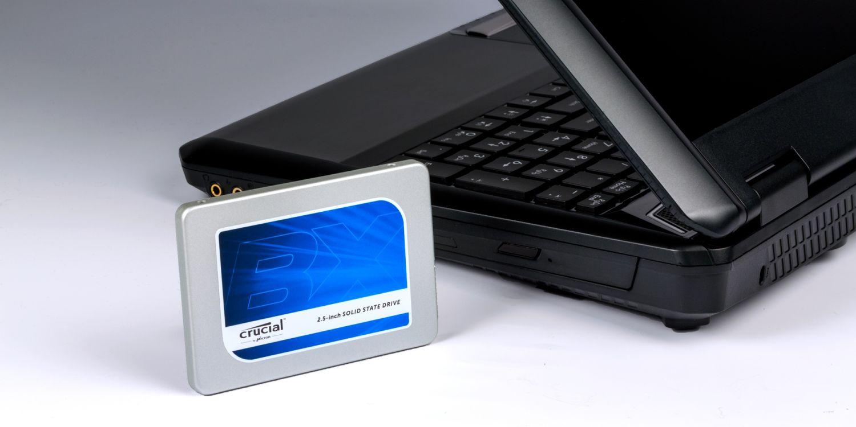 Una SSD Crucial y un portátil.