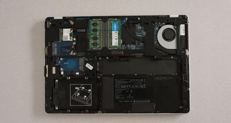 Interior de un ordenador portátil con la carcasa retirada