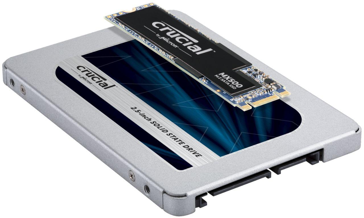 Dos módulos de memoria RAM de Crucial uno encima del otro para indicar la posible diferencia en cuanto a tamaño y forma de los módulos SSD