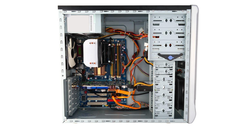 Ordenador con el lateral de la carcasa extraído y los componentes internos expuestos
