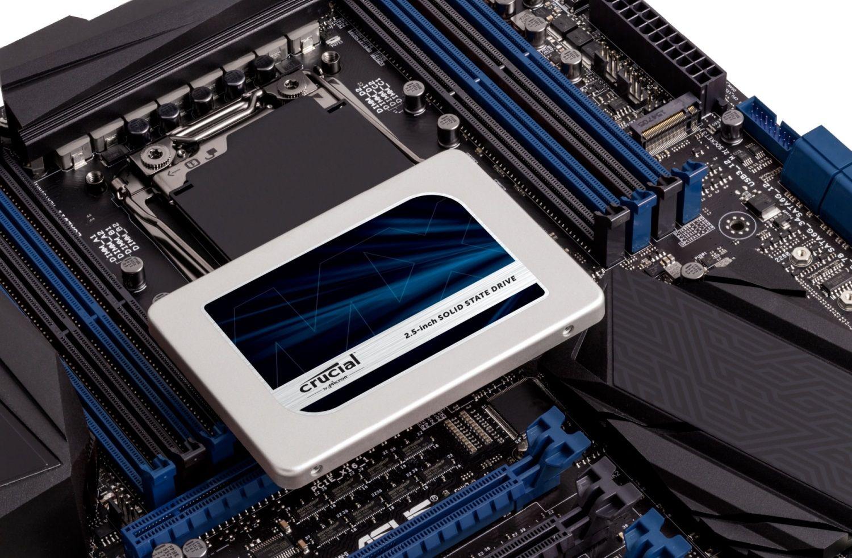 Una SSD Crucial en la placa base al descubierto de un ordenador indicando cómo puede actualizar su unidad de almacenamiento en un ordenador viejo