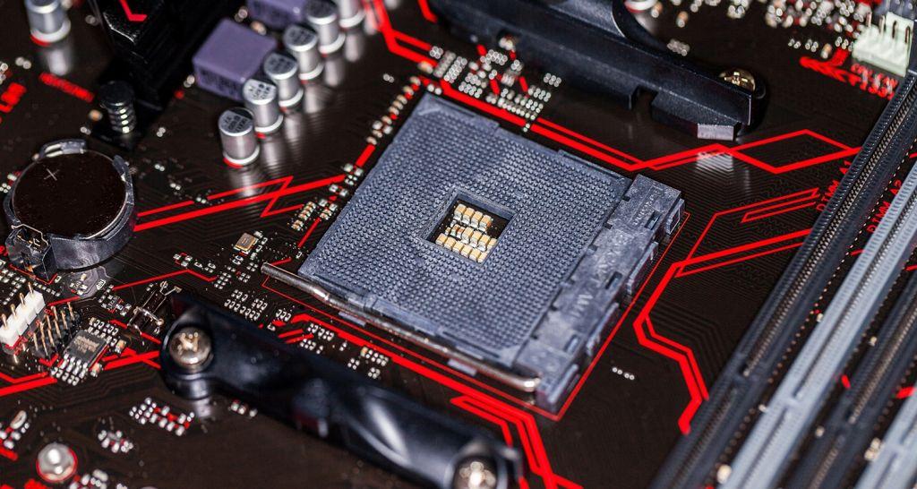 Imagen de cerca de una CPU y una placa base.