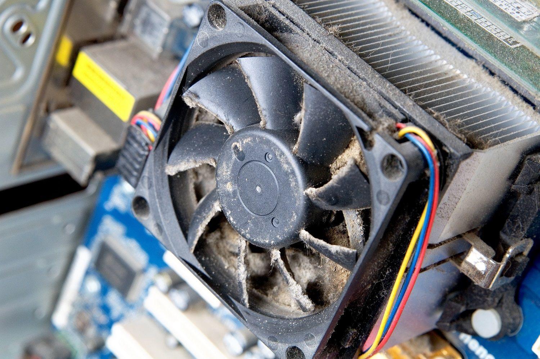 Un ventilador de ordenador sucio y lleno de polvo