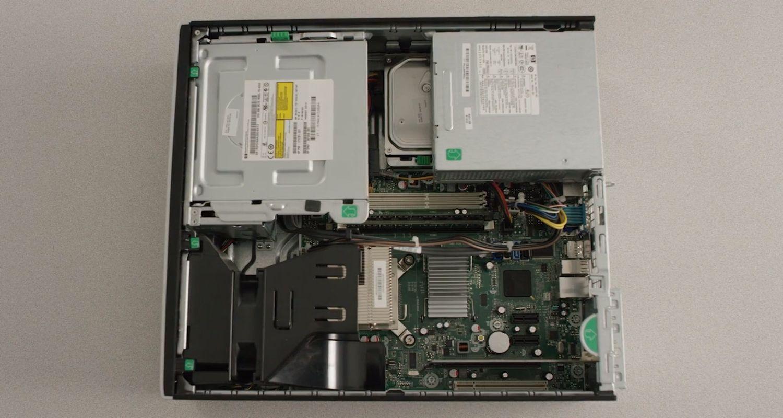 Se ha retirado la carcasa de un ordenador de sobremesa para dejar al descubierto los componentes de hardware internos