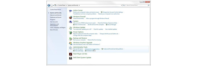 El puntero con forma de mano se desplaza sobre el enlace de desfragmentación de su disco duro en la ventana emergente de sistema y seguridad de Windows7