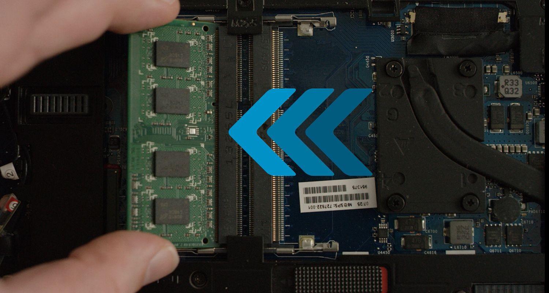 Una persona instala un módulo de memoria RAM de Crucial en un ordenador portátil