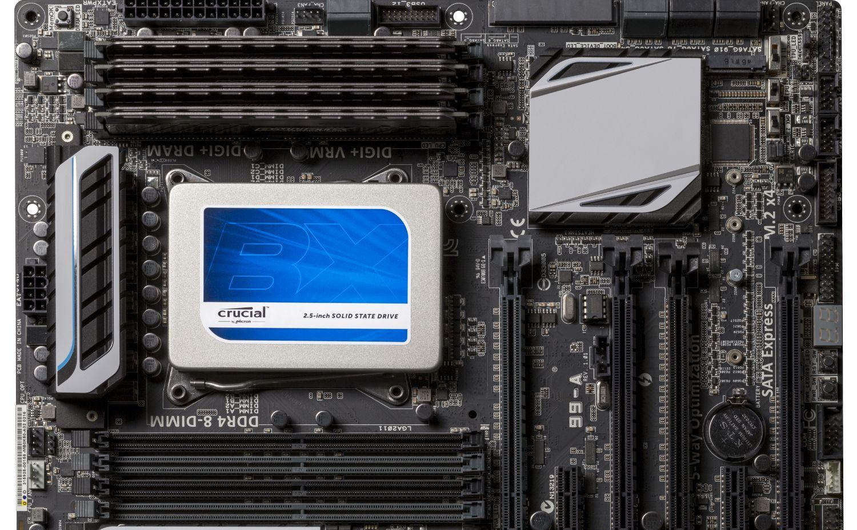 Unidad de estado sólido (SSD) Crucial instalada en un ordenador